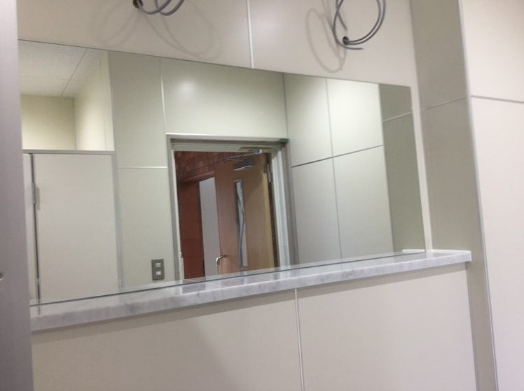 公共トイレの鏡取付工事